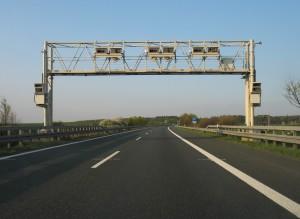 Mautbrücke auf der A81. Bild: KlausFoehl. Lizenz: Creative Commons BY-SA 3.0.