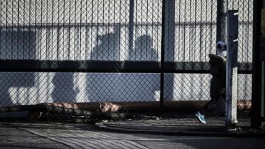 Schatten von Menschen in einem Ankerzentrum