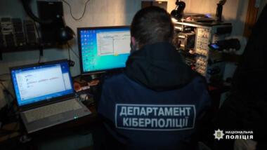 Polizist vor Monitor