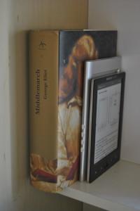 Buch und E-Book-Reader. Bild: Cristian Eslava. Lizenz: Creative Commons BY-SA 2.0.